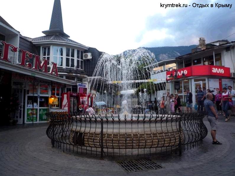 Главная площадь Гурзуфа с фонтаном