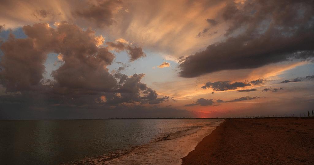 Пляжи Крыма песочные - Береговая линия недалеко от Саки