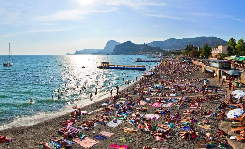 Пляжи Крыма песочные - Городской пляж Судака в разгар сезона