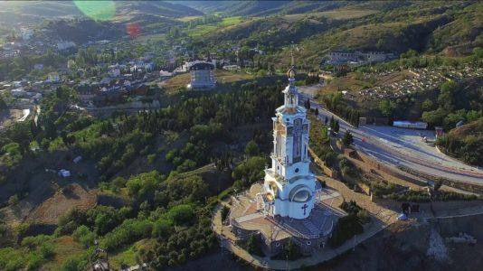 Храм-маяк в Малореченском, Новый свет, Демерджи. Аэросъемка вдоль трассы Судак - Алушта.